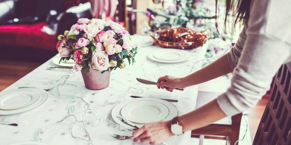 Des centres de table avec des fleurs