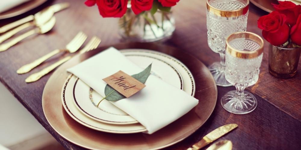 Des marques places et portes noms pour une table inoubliable